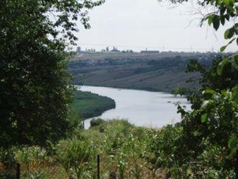 Харчатовка Рядом лес, река с двух сторон, одна из них с видом на город