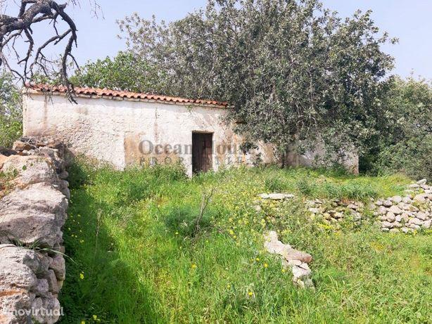 Terreno com ruína para construção em Paderne - Albufeira