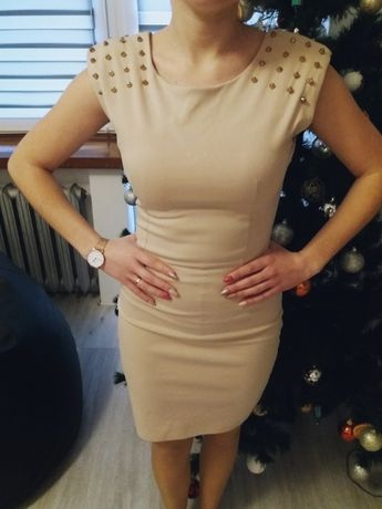 Sukienka beżowa ze złotymi ćwiekami rozmiar małe S, 34 zasuwana