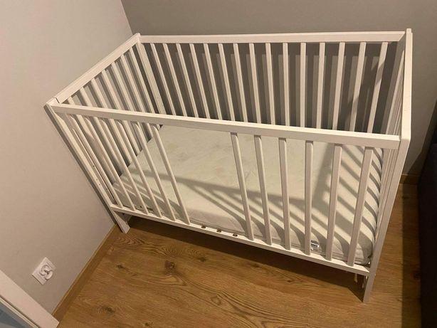 Białe łóżeczko niemowlęce z szufladą bez materaca
