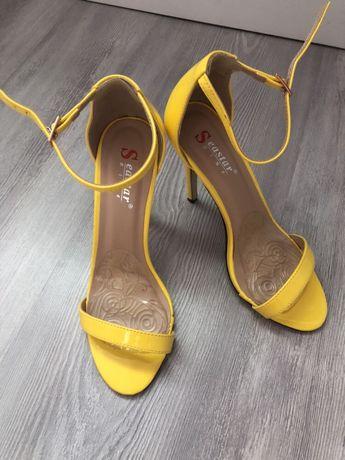 Żółte lakierowane sandały buty na paski