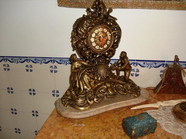 Relógio de Mesa Antigo em Bronze