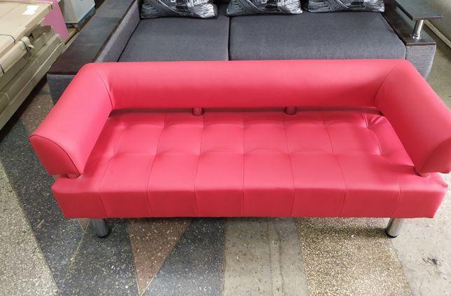 Офисный диван красного цвета