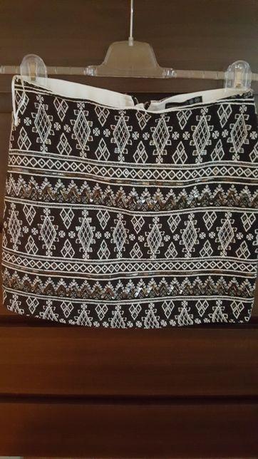 Spódnica zdobiona cekinkami