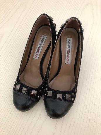 Sapatos pretos de salto alto com aplicações decorativas - tamanho 36
