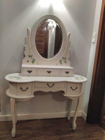Toaletka rustykalna i nostalgiczna, malowana w róże