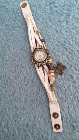 Zegarek na rękę z białym paskiem