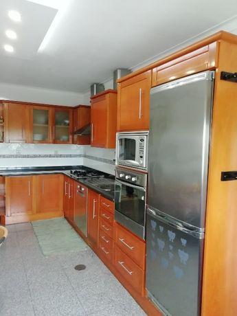 Móveis de cozinha com tampo em granito e electrodomésticos em inox
