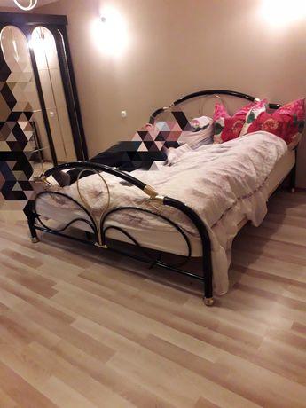 Stabilne łóżko czarno-złote
