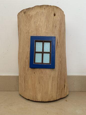 Candeeiro feito em tronco de madeira tropical com janela Alentejana