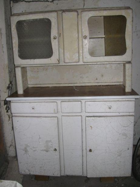 Stary kredens kuchenny do renowacji.