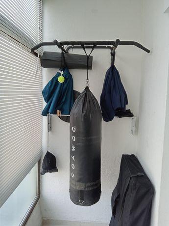 Barra para elevações e saco boxe