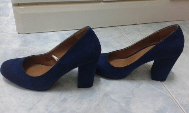 sapatos azuis como novos