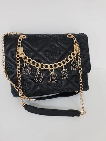 torebka czarna Guess łańcuszek