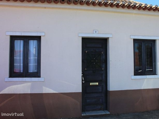 Moradia T2 com garagem e terreno na calma vila de Alpiarça