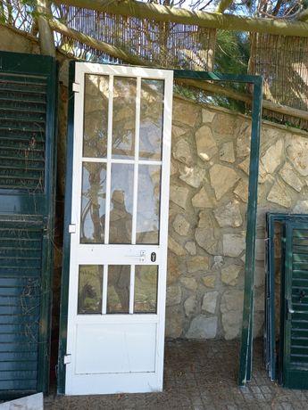 Janela porta branca com ou sem portada verde