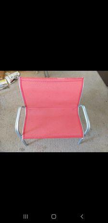 Mała czerwona ławka dla dzieci