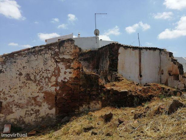 Ruína e terreno com 4600 m2 situado na zona das Pedreiras em S.B.Messi