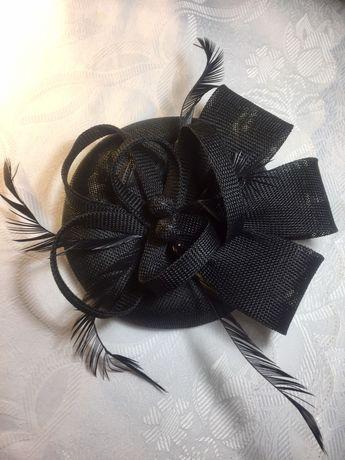 Чёрная шляпка таблетка и перчатки