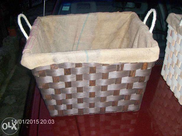 Cestos para lenha em madeira e interior de serapilheira