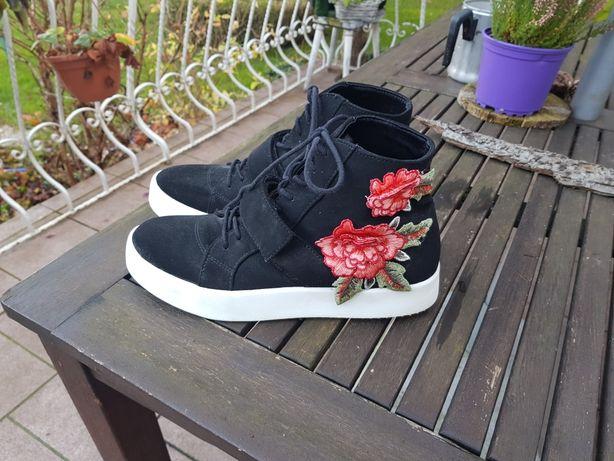 Czarne buty z kwiatami