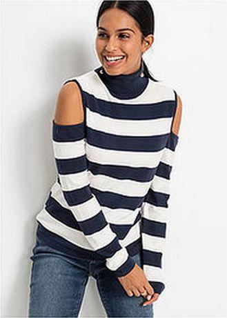 Sweter z golfem i wycięciami na ramionach.