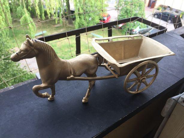 Mosiężny koń z wozem.