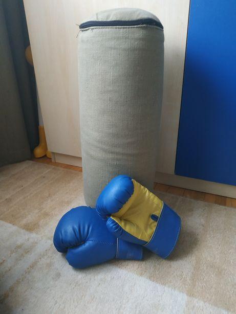 Груша и боксерские перчатки