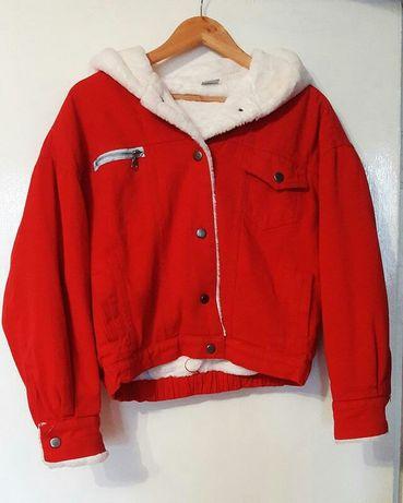 Красная джинсовая курточка