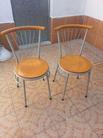 Cadeiras em bom estado fortes