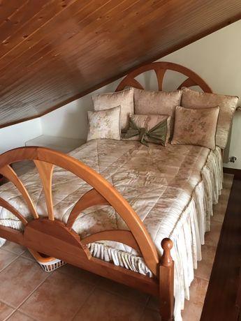 Cama de casal com mesinhas de cabeceira e comoda