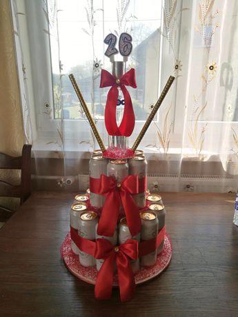 Tort z puszek i butelki na urodziny rękodzieło