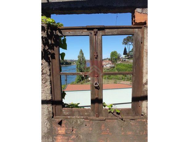 Fábrica em ruínas com vista para o Rio Douro