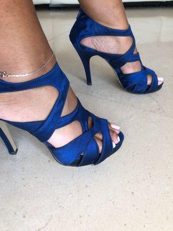 Sandálias azuis de salto alto