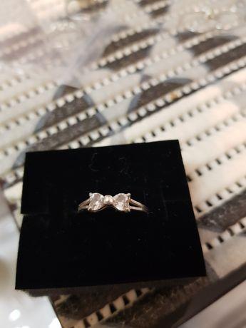 Srebrny pierścionek z kokardką z cyrkoniami
