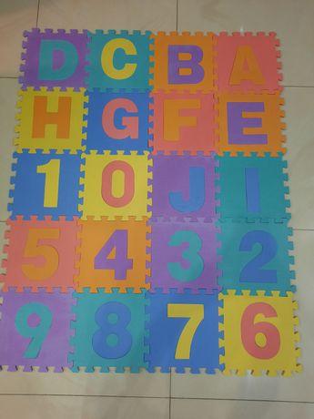 Piankowe puzzle tworzące matę edukacykną