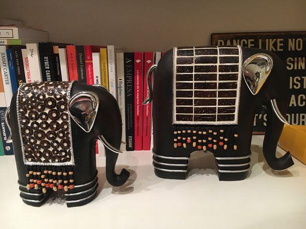 Elefantes em madeira