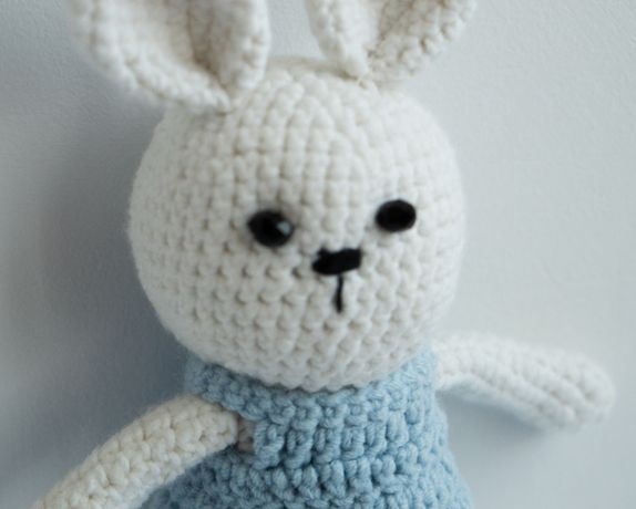 Плюшева іграшка вязана гачком зайчик