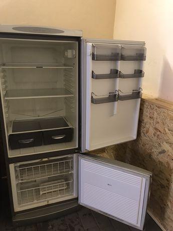 Холодильник металевого кольору