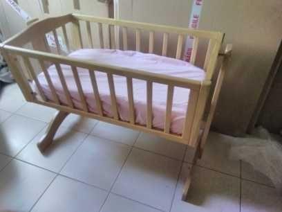 Berço de bebe em madeira com colchão