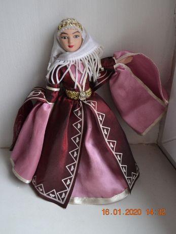 """Фарфоровая кукла """"Карачаевский праздничный костюм"""". Из набора. 19 см."""