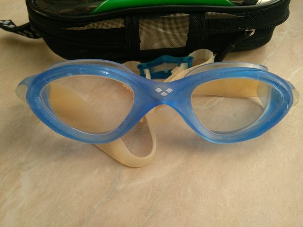 очки для плавания ARENA с чехлом На среднее по размеру лицо.