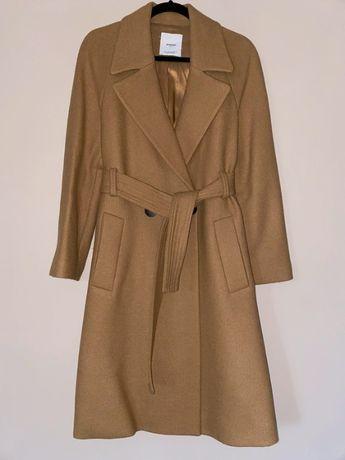 Płaszcz wełniany szlafrokowy wiązany beżowy camel Mango