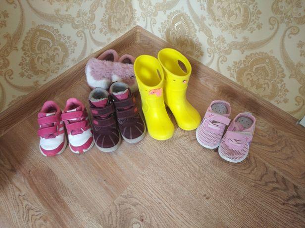 Чоботи ботинки кросівки