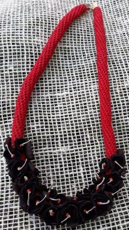 Naszyjniki ze sznurka lnianego ze skórą i perełki szklane.Rękodzieło.