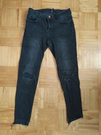 Czarne jeansy z dziurami na kolanach