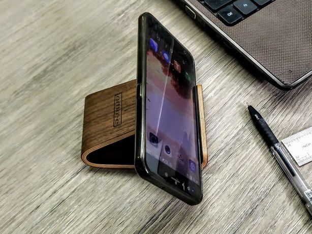 подставка для смартфонов и планшетов из дерева ореха
