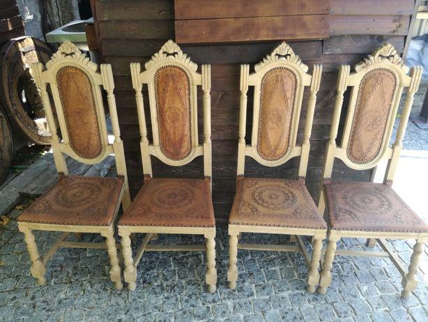 Cadeiras em madeira e couro antigas