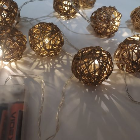 Гирлянда с золотистыми шариками из ротанга.
