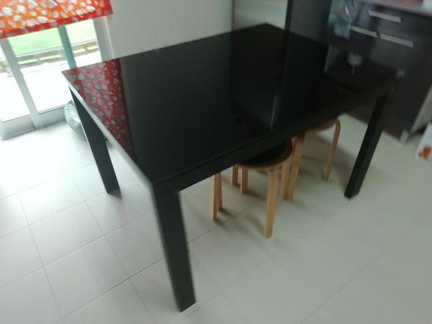 Mesa com tampo em vidro e cadeiras